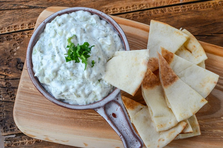 tzatziki-sauce-with-pita-chips-is-the-bomb