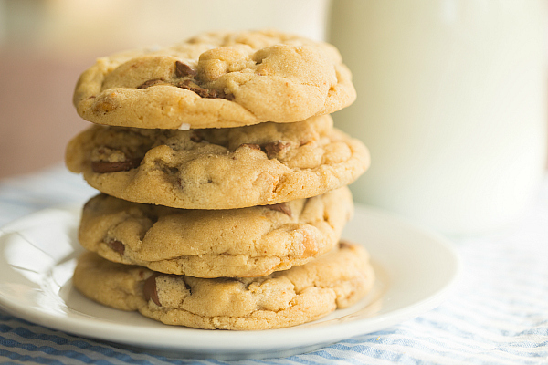 salted-peanut-butter-cup-chocolate-chip-cookies-10-600